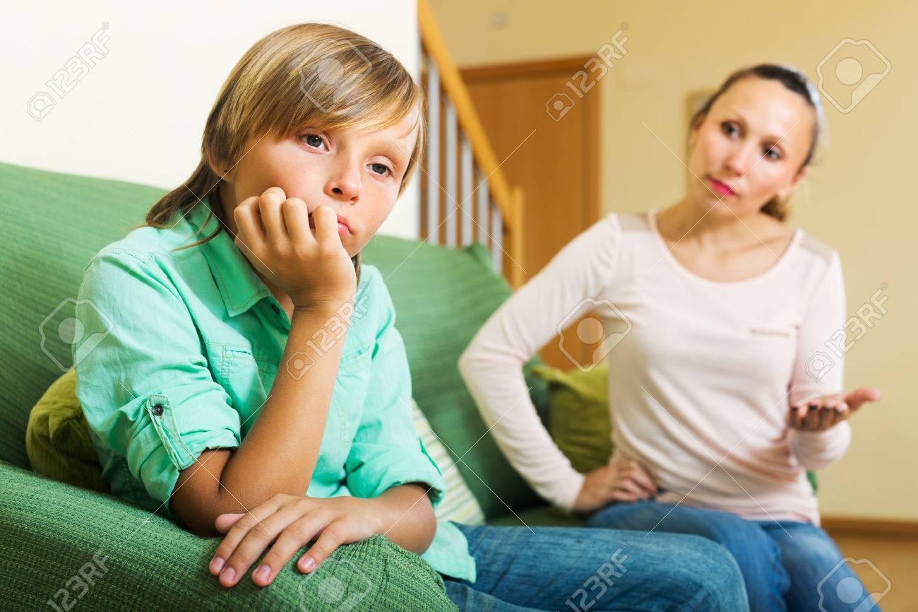 Мать ругает подросток сына в гостиной дома. Сосредоточить внимание на мальчика Фотография, картинки, изображения и сток-фотограф