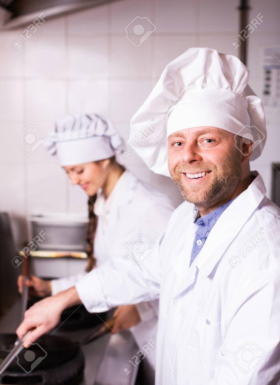 La Cuisine De Bistrot sourire cuisiniers accueillir les clients à la cuisine de bistrot