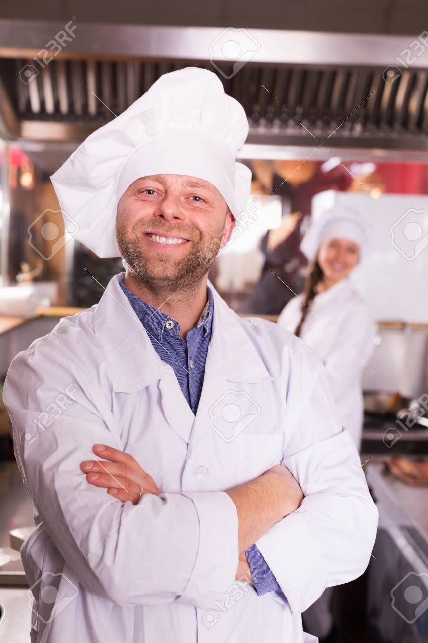 La Cuisine De Bistrot cuisiniers hospitaliers accueillir les clients à la cuisine de bistrot et  souriant