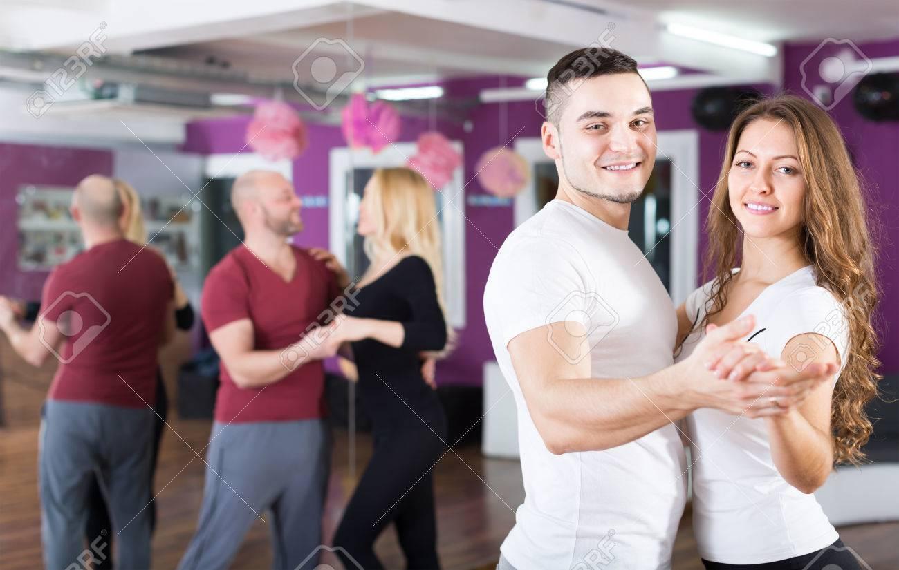 グループ ダンス クラスでサルサ...