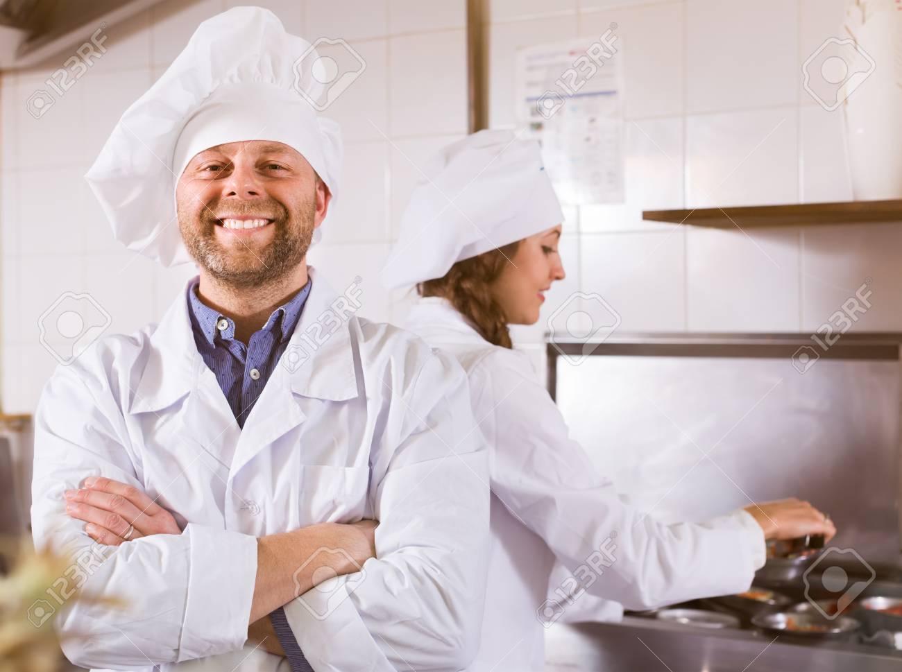 Immagini Stock - Ritratto Del Cuoco Unico Sorridente Positivo Con Il ...