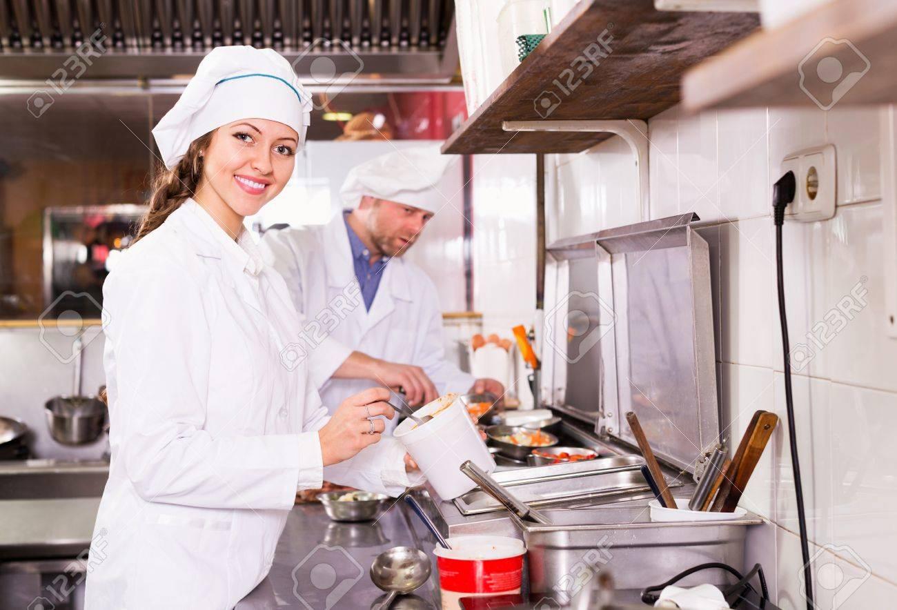 La Cuisine De Bistrot handsome couple de cuisiniers heureux accueillir les clients à la cuisine  de bistrot et souriant