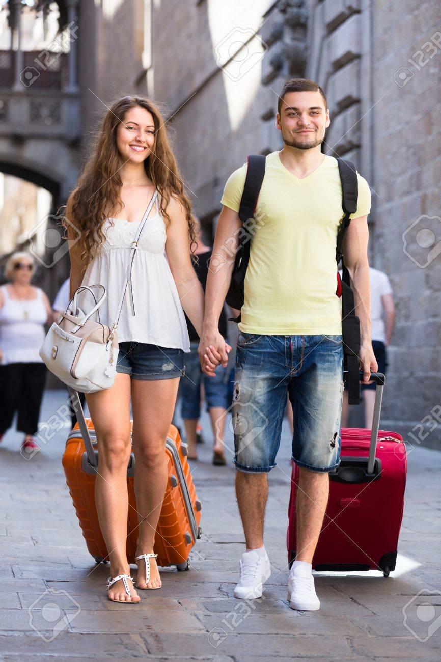 b230c6f77 El hombre y la mujer en ropa de verano con días bolsas verano