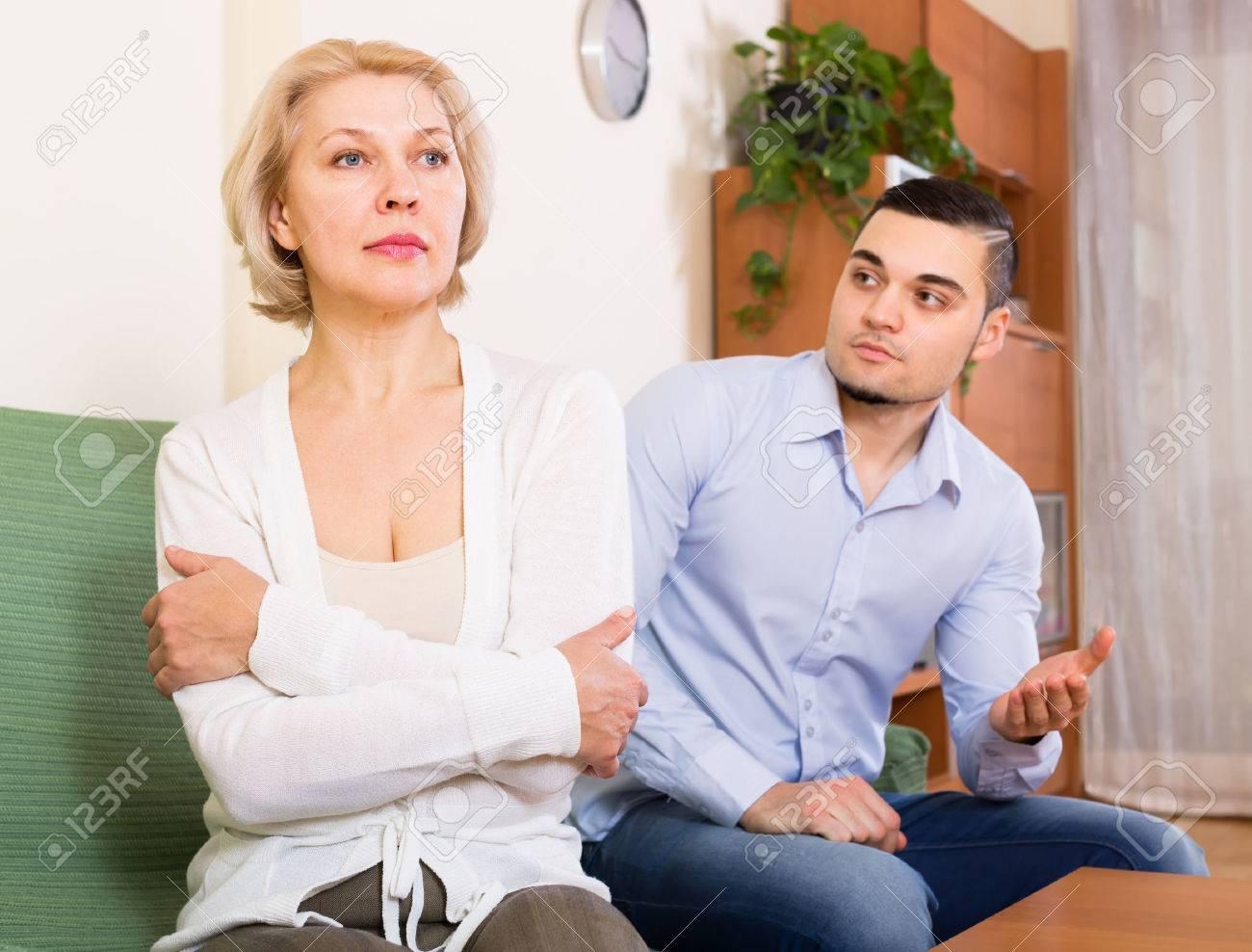 Секс с мамашей в комнате, Роскошно сын ебет мать и вливает ей сперму в нежный 18 фотография