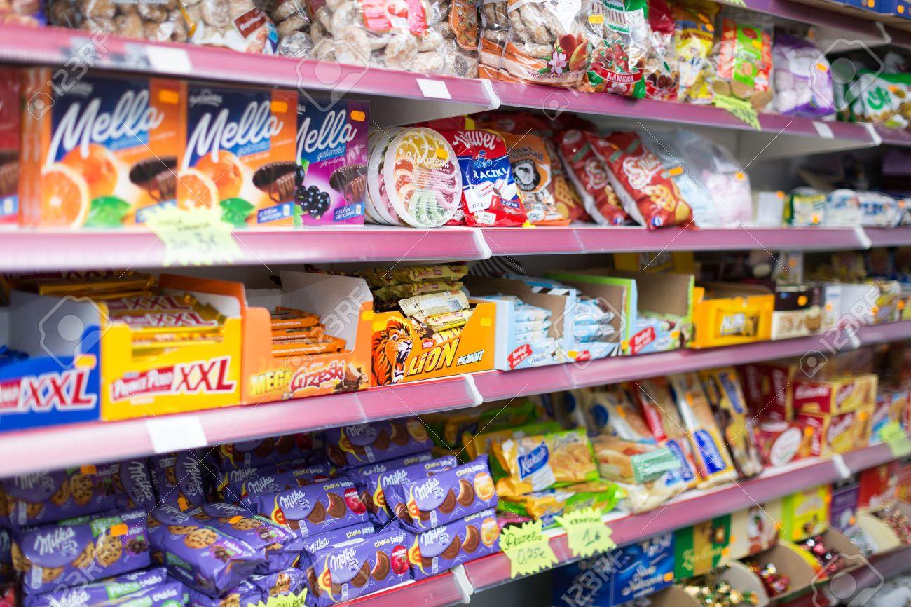 Banque d\u0027images , Barcelone, Espagne , 22 mars 2015 Sélection des bonbons  et des gâteaux à la section supermarché confiserie polonaise moyenne à  Barcelone.