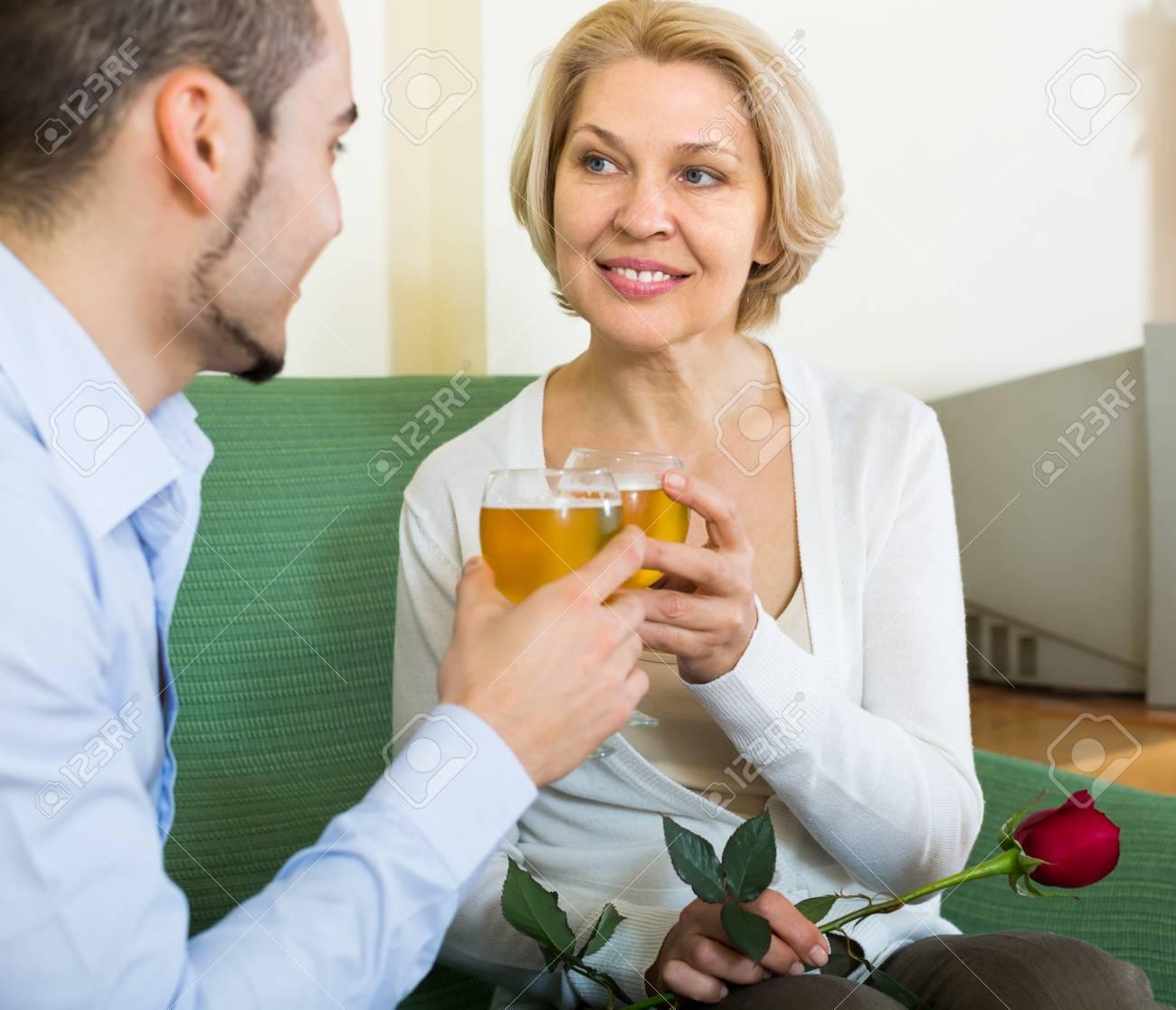 Ältere Frauen aus jüngeren Männchen