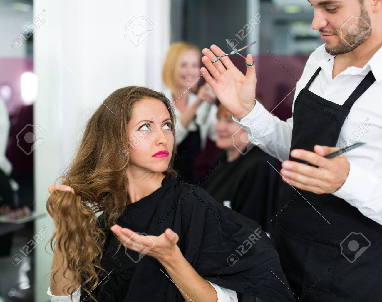Coiffeur Se Dispute Avec Le Client Féminin Dans Le Salon De ...