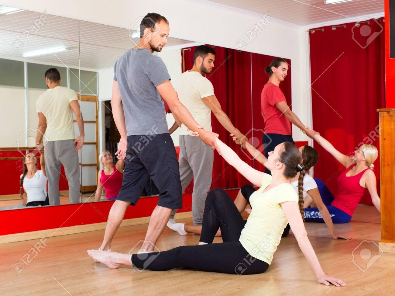 Frohlich Erwachsene Lernen Wie Man Tango In Tanzsaal Zu Tanzen