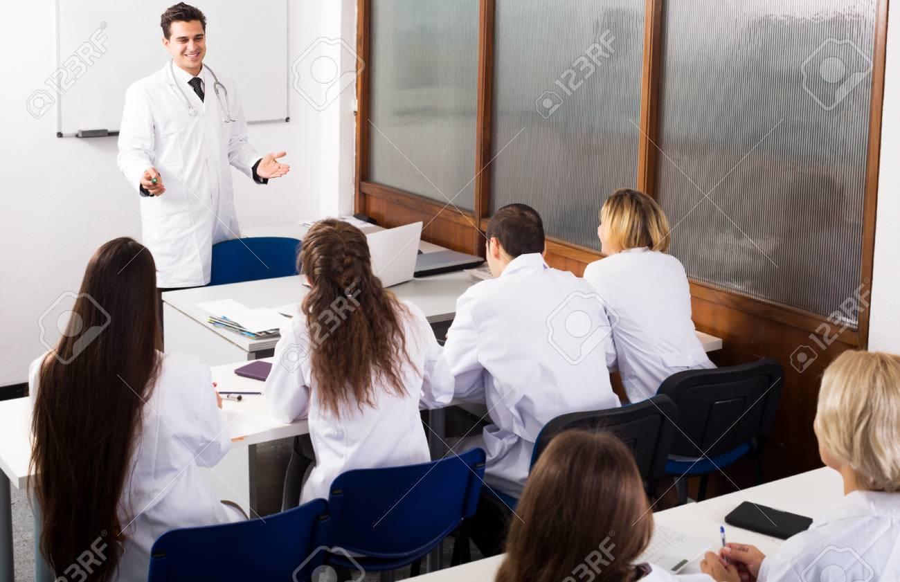 多国籍の学生、医学部で議論を持...