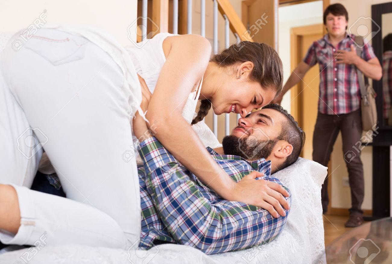 Ehefrau betrügt, während Ehemann zu Hause