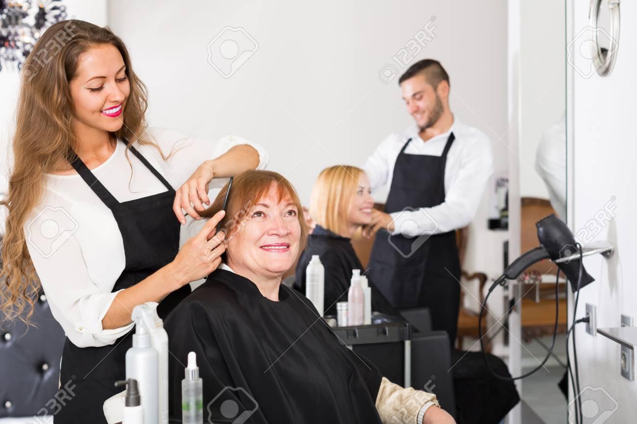 Sourire Coupe De Cheveux De Femme D Age Mur Superieurs Chez Le