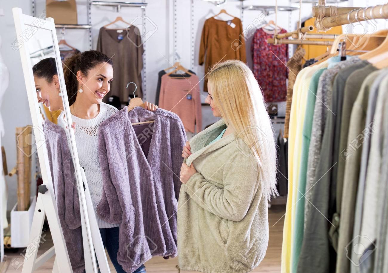 nuevo producto c06c2 2d15f Happy jóvenes clientas selección de abrigos y chaquetas en la tienda