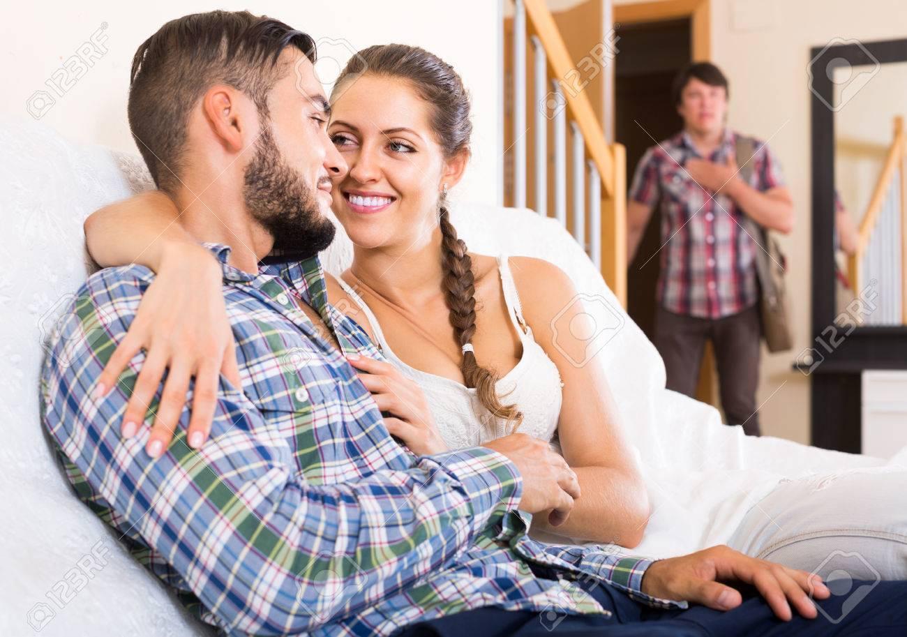 Ehefrau beobachtet ihren Freund
