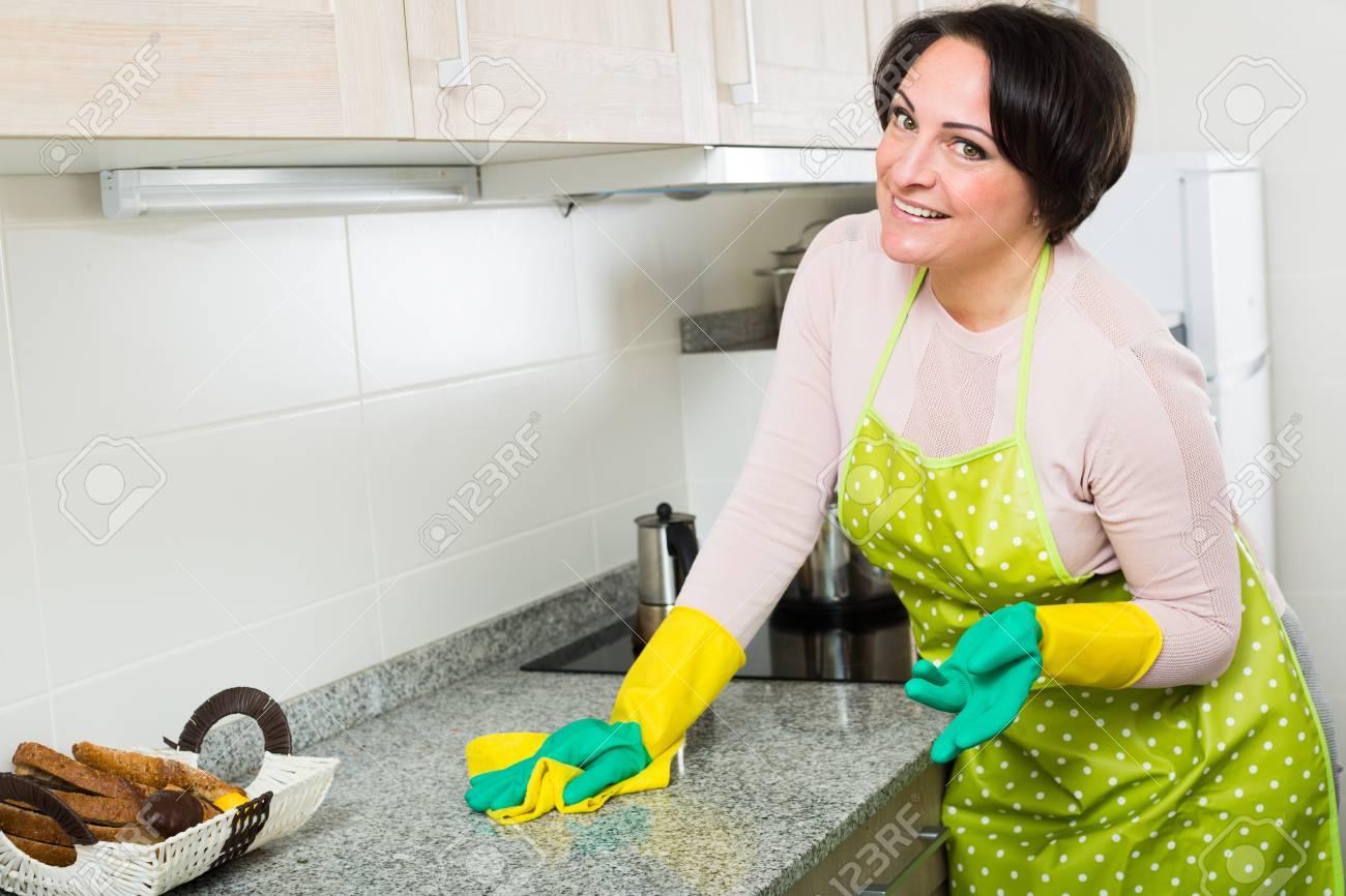 Erstaunlich Küchenoberflächen Foto Von Portrait Der Weiblichen Eworker Abstauben Küchenoberflächen Im