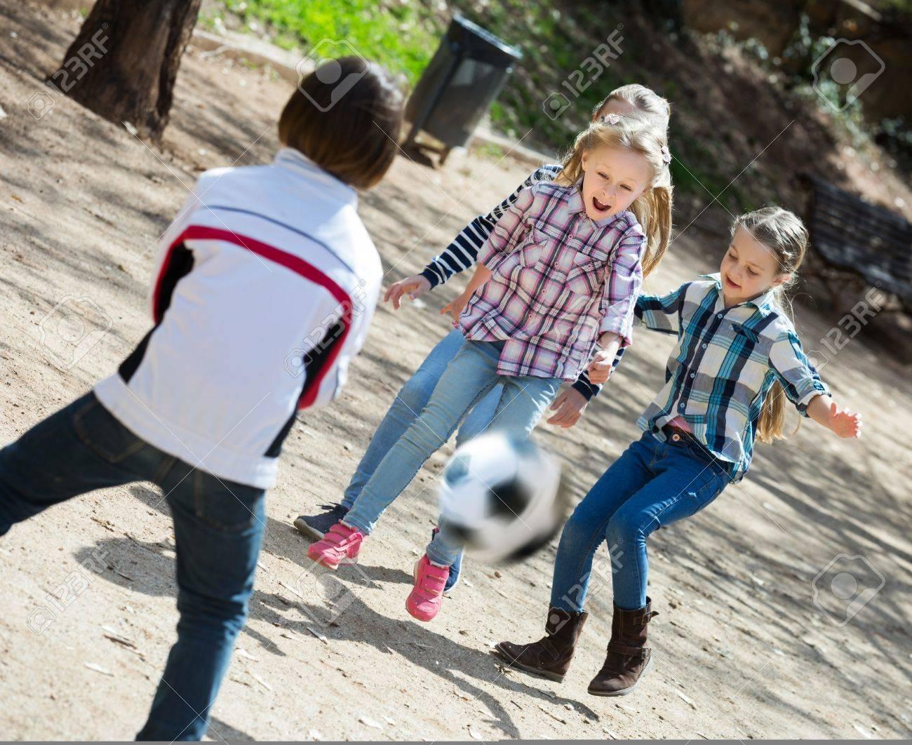 Chicas De Secundaria Felices De La Escuela Y Nino Jugando Futbol En