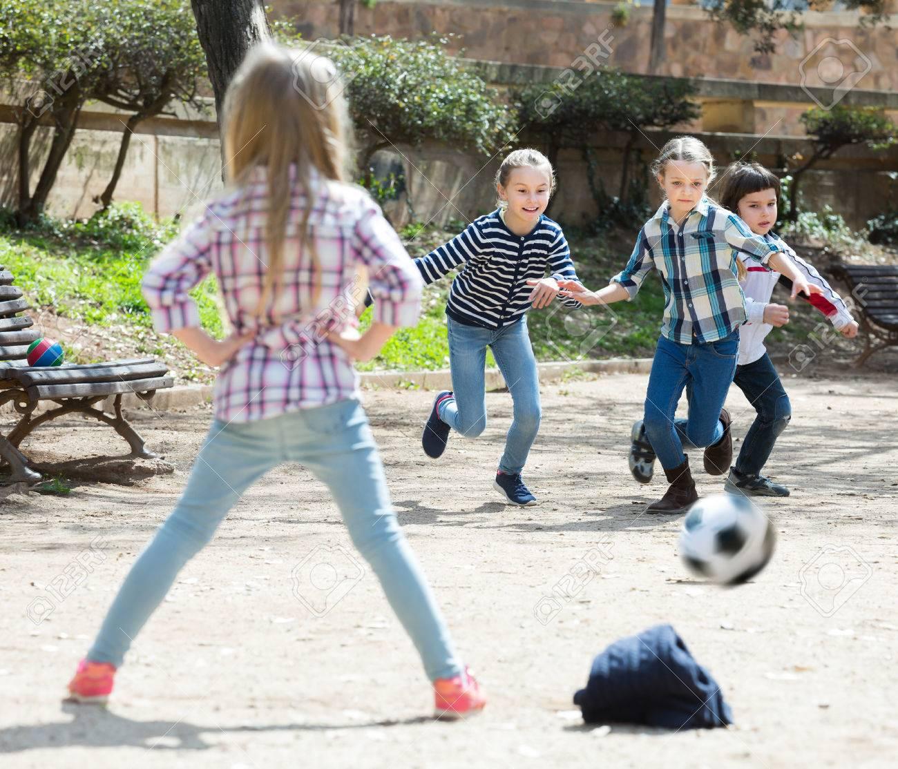 Ninos Jovenes Jugando Al Futbol Al Aire Libre En La Calle Dia De