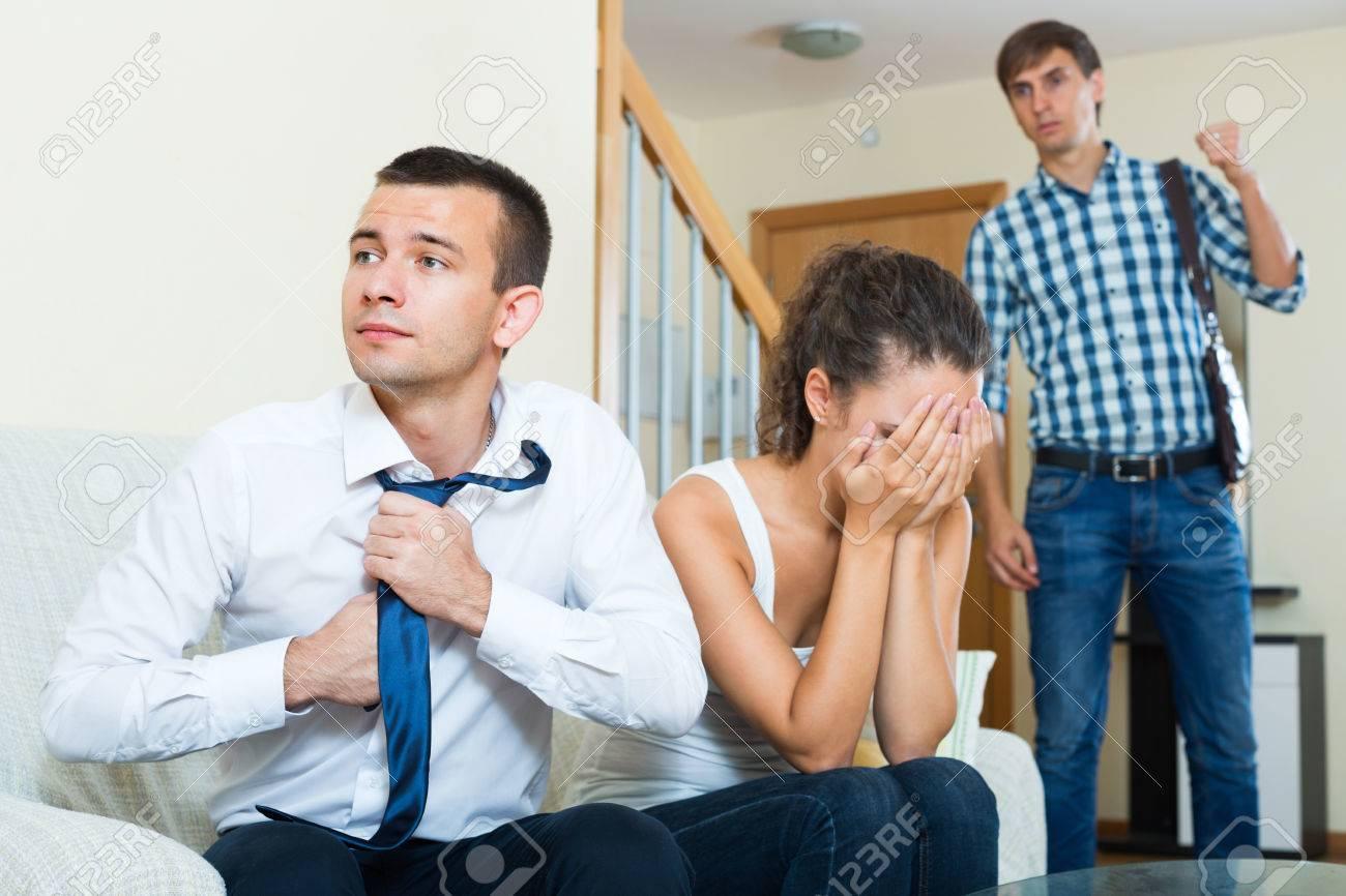 Ehemann betrügt Ehefrau Freund