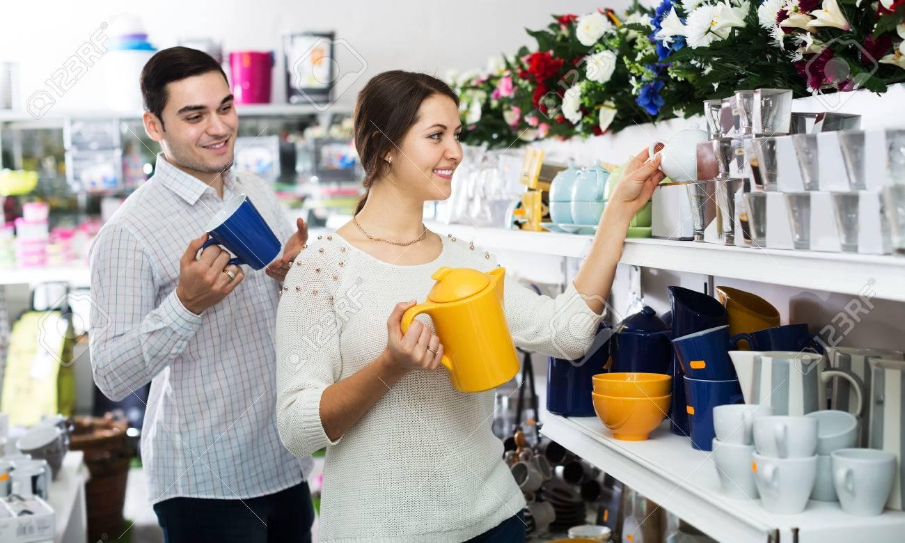 Tienda De Utensilios De Cocina | El Hombre Y La Mujer Que Compra En La Tienda De Vajillas De