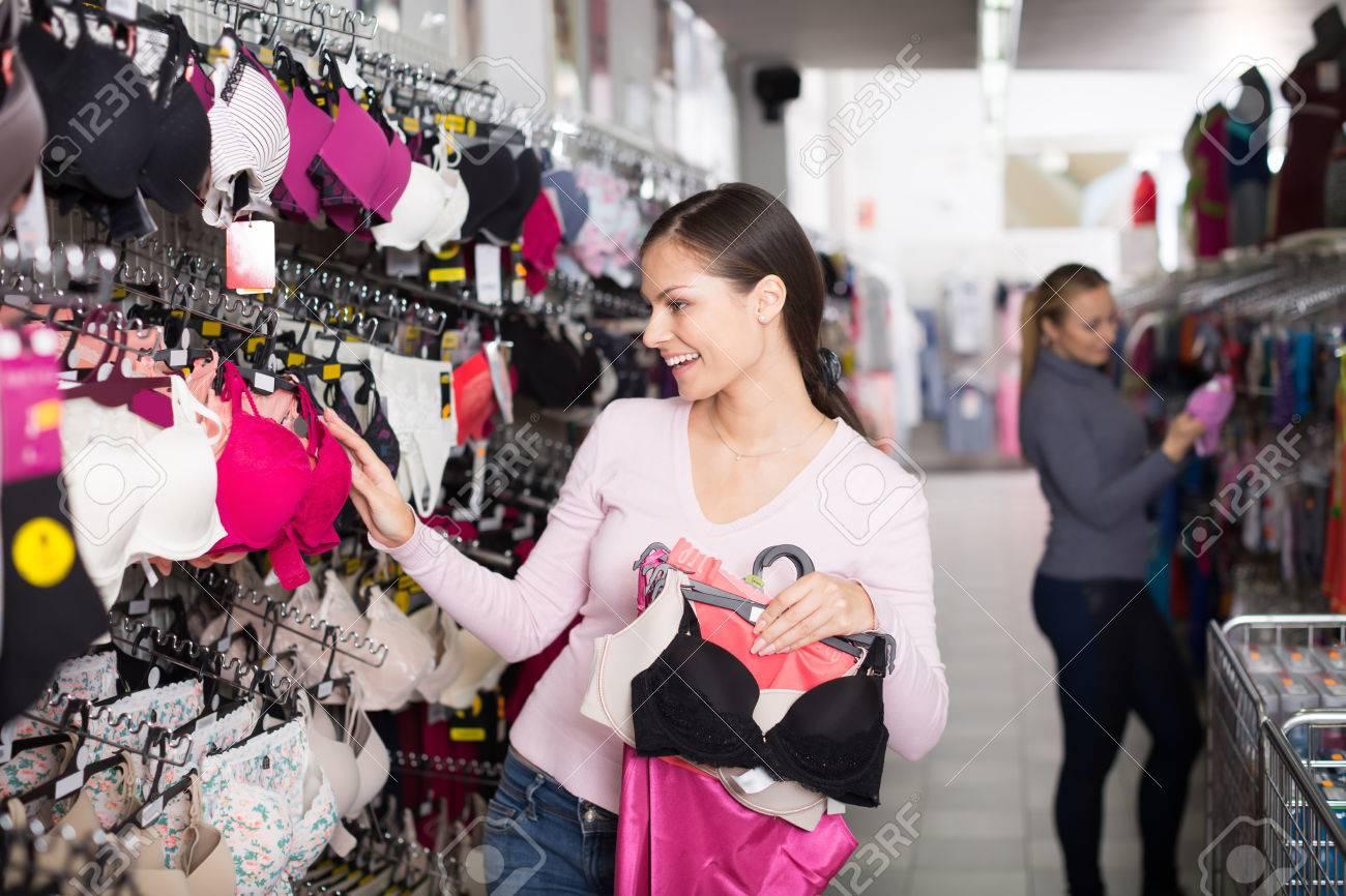 7c8882faa75eae Jeune femme tenant brassière différente dans les mains en magasin de  sous-vêtements