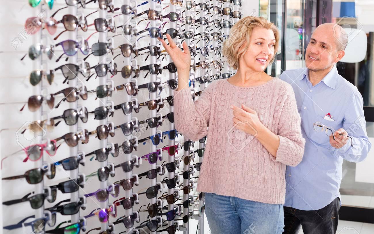 Lächelnd älteres Ehepaar Rahmen Für Sonnenbrillen In Der Optik-Shop ...