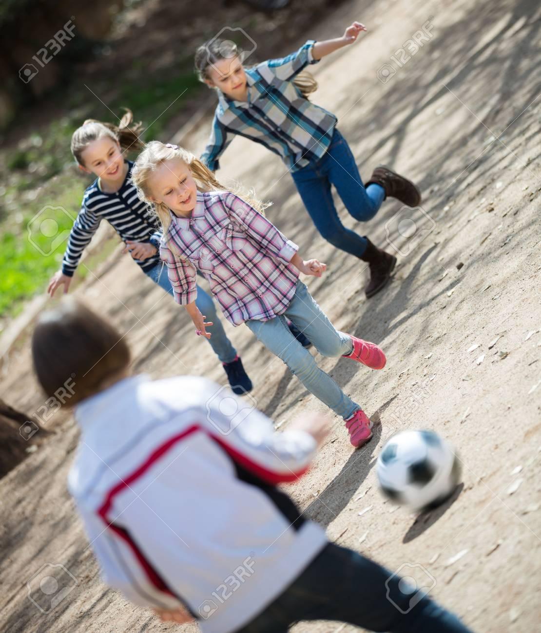 Friendly Ninos Jugando Al Futbol Al Aire Libre En La Calle Dia De