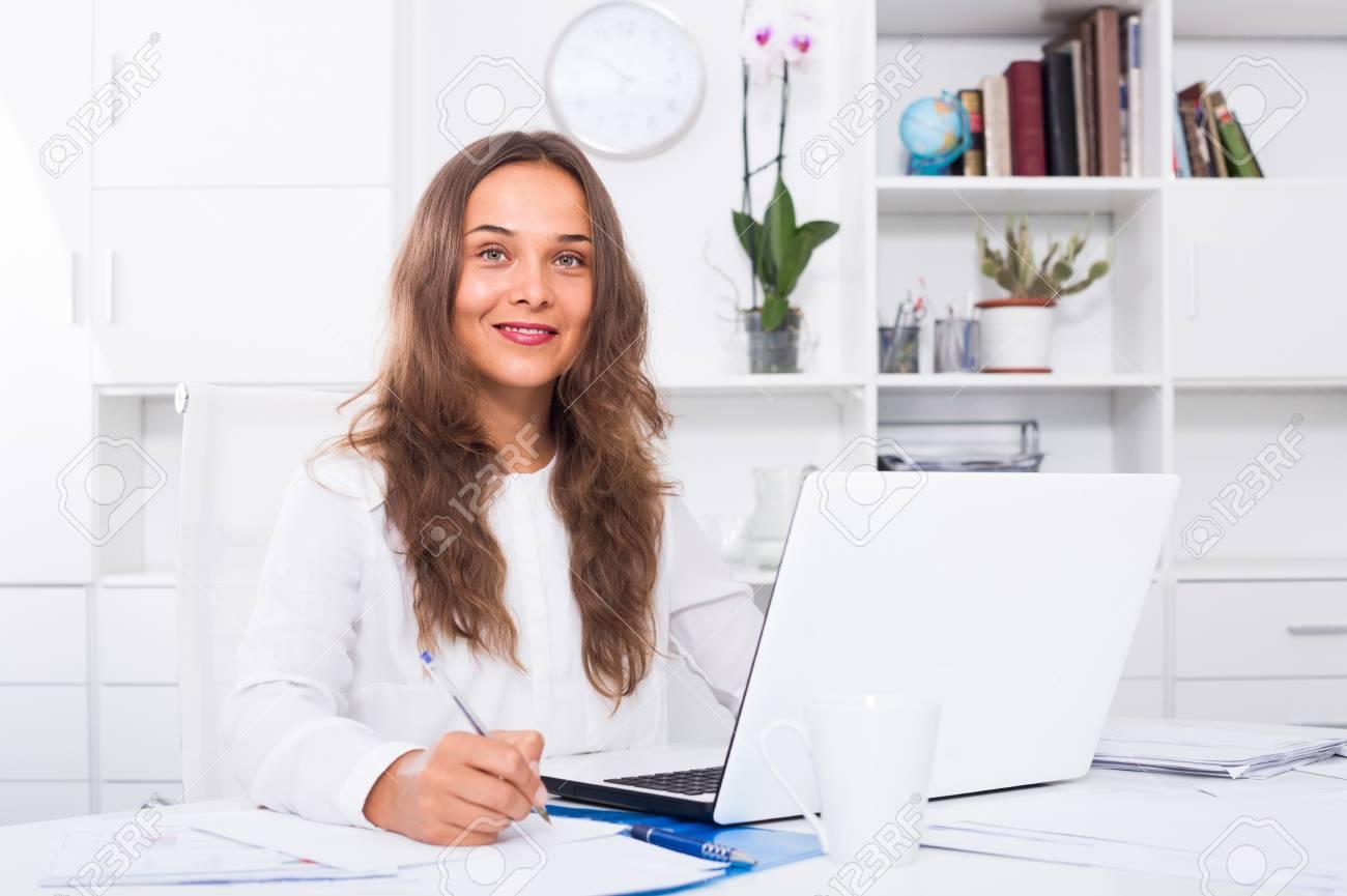 Portrait de jeune employé d entreprise espagnol écrit et travaille