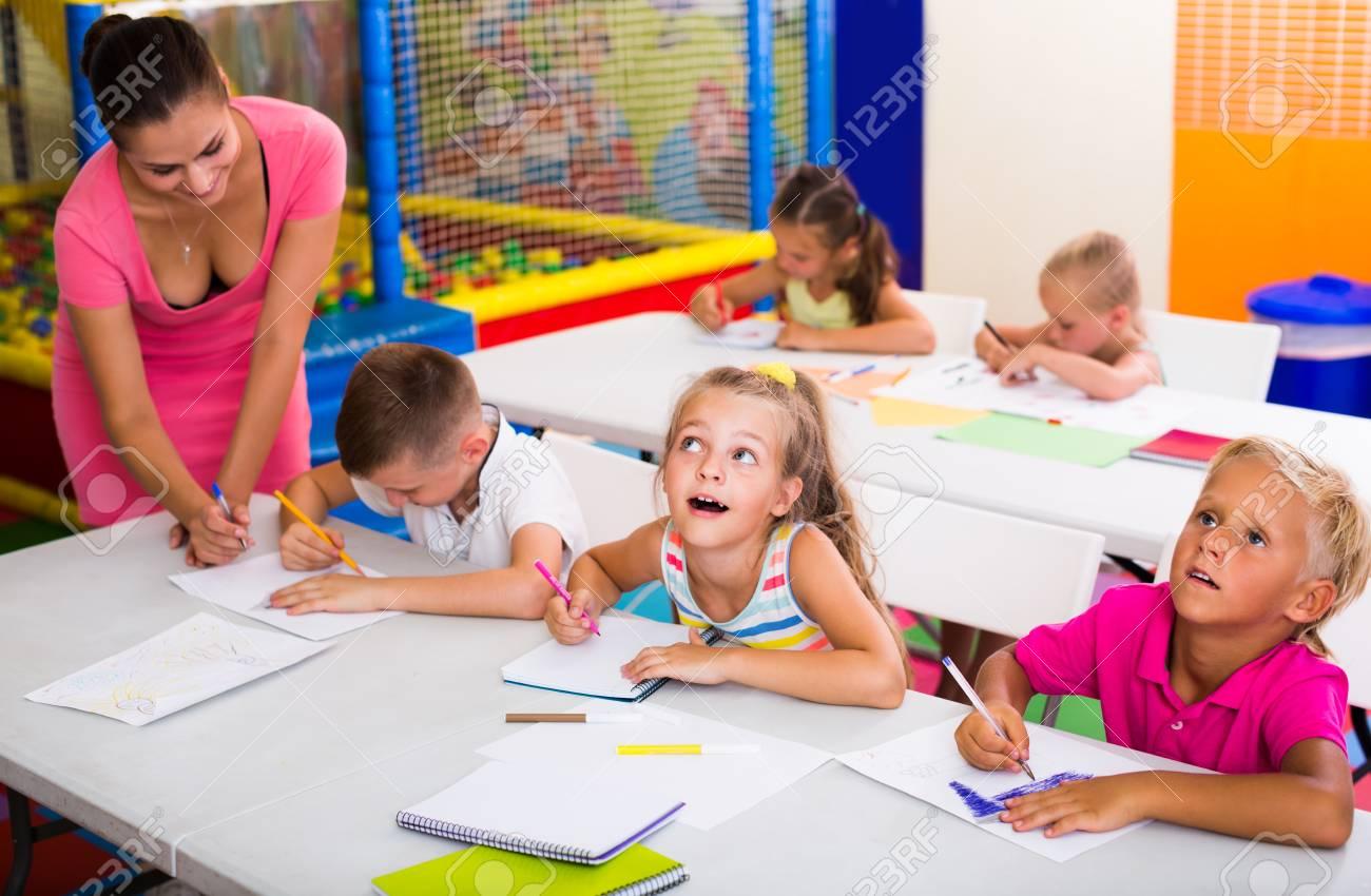 Enthousiaste sourire enfants des écoles primaires font des
