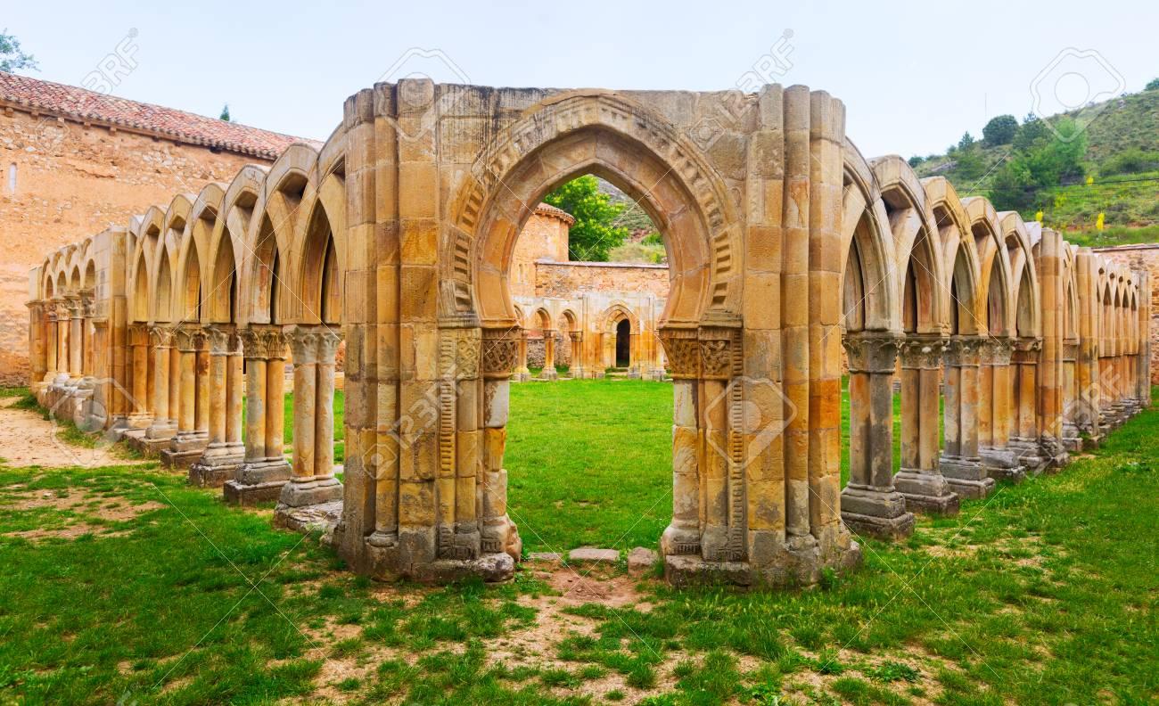 Arcos Del Claustro Del Monasterio De San Juan De Duero En Soria ...