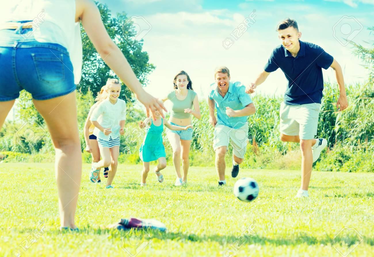 Los Juegos De Azar Familia De Seis Personas Que Juega Feliz En El