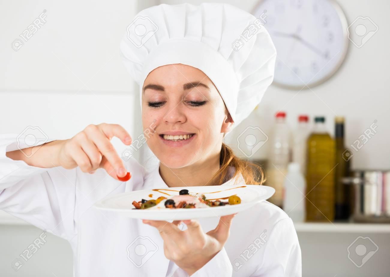Lächelnd Weibliche Koch Ihre Fähigkeiten In Der Küche Zu üben ...