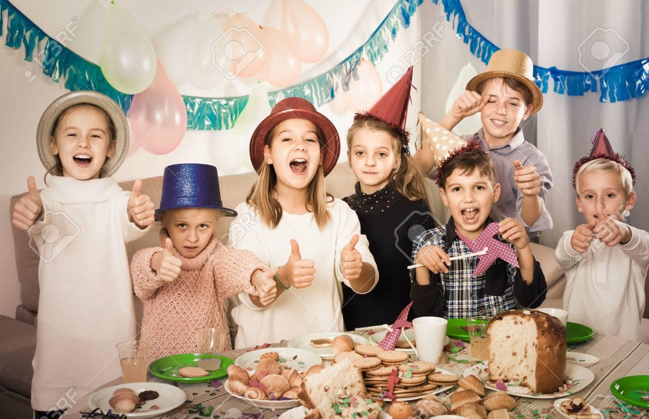 Lachelnde Russische Kinder Mit Feier Des Freundes Geburtstag Beim