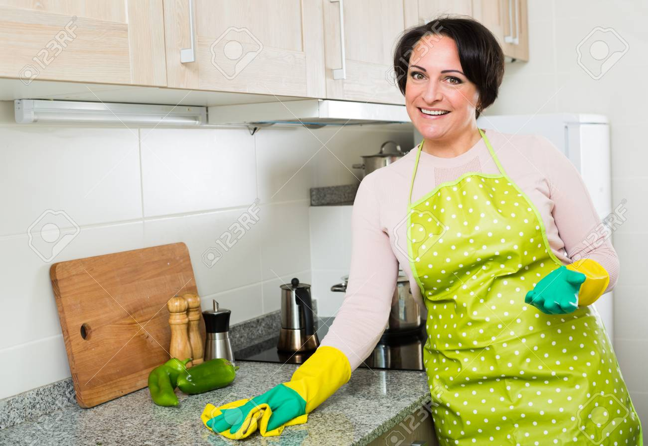 Cool Küchenoberflächen Referenz Von Portrait Der Weiblichen Eworker Abstauben Küchenoberflächen Im
