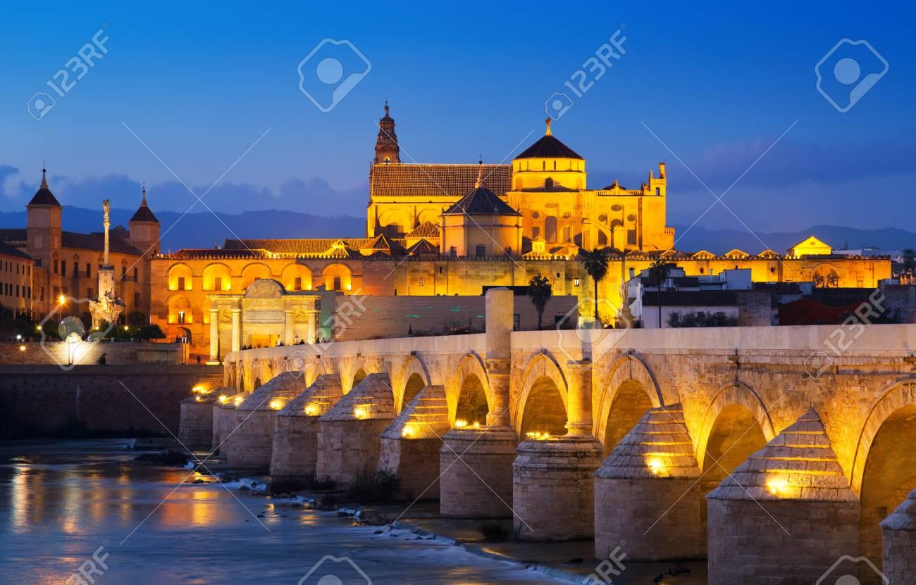 Vue De Cordoue Avec Le Pont Romain Et La Mosquee Cathedrale Dans La Nuit Andalousie Espagne