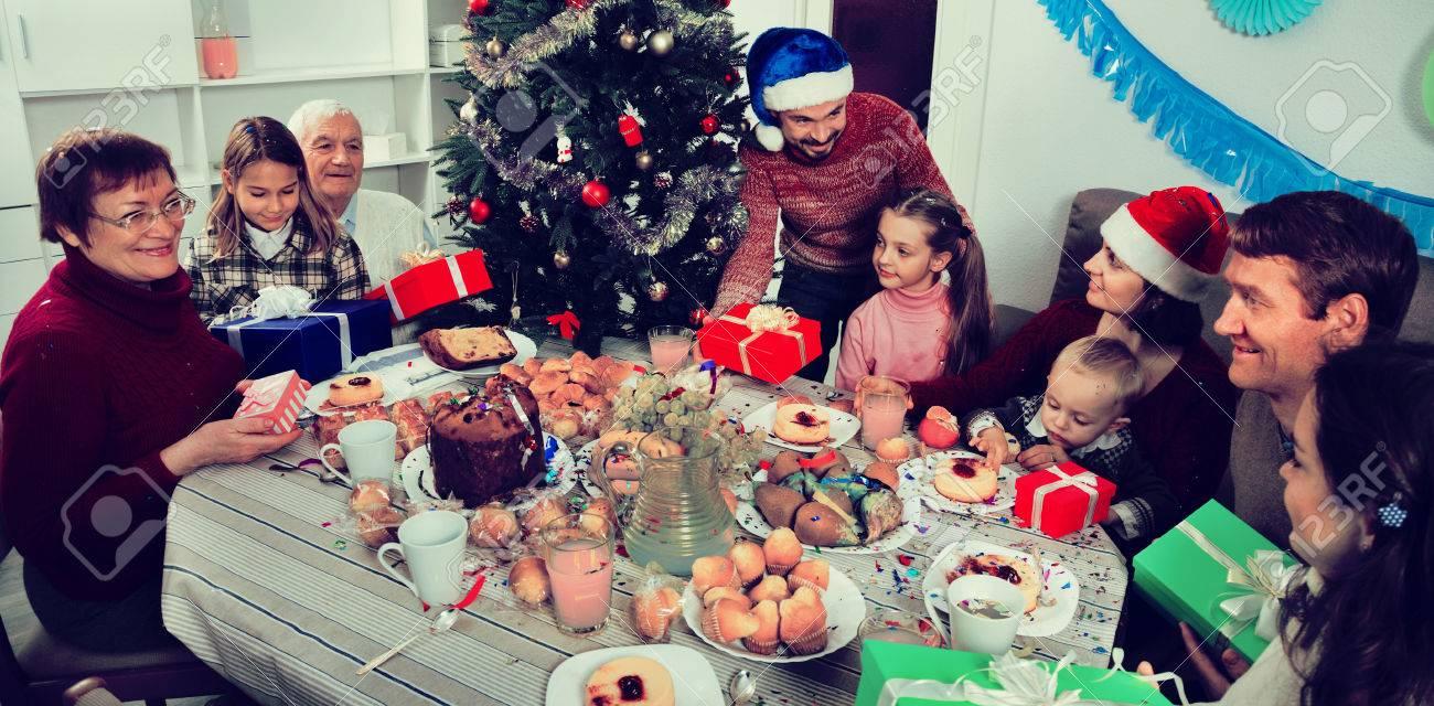 Positive Familie, Die Geschenke Während Des Weihnachtsabends ...