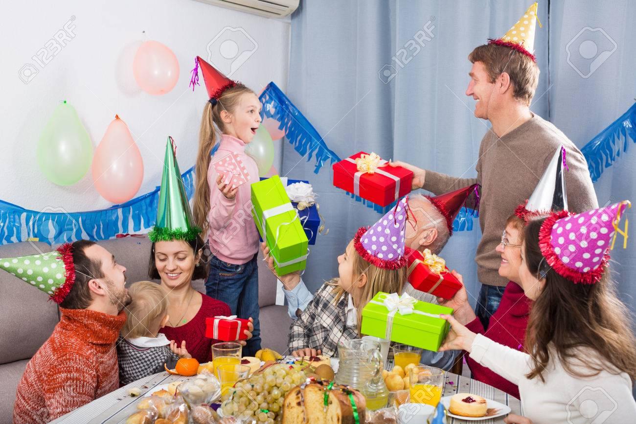 Große Familie Geschenke Geburtstagskind Bei Einem Abendessen Gabe ...