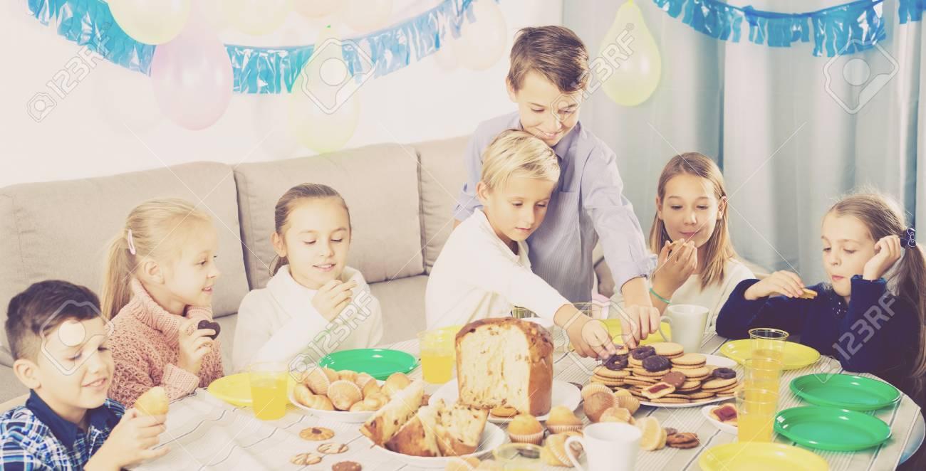 Lacheln Abendessen Kinder Mit Freund Geburtstag Zu Feiern