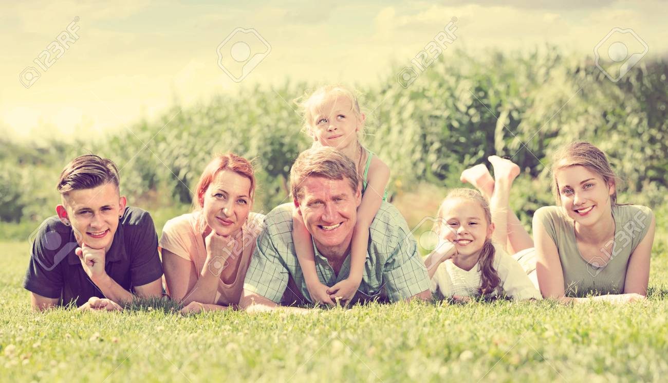 Retrato De Los Juegos De Azar Familia Grande De Seis Que Mienten