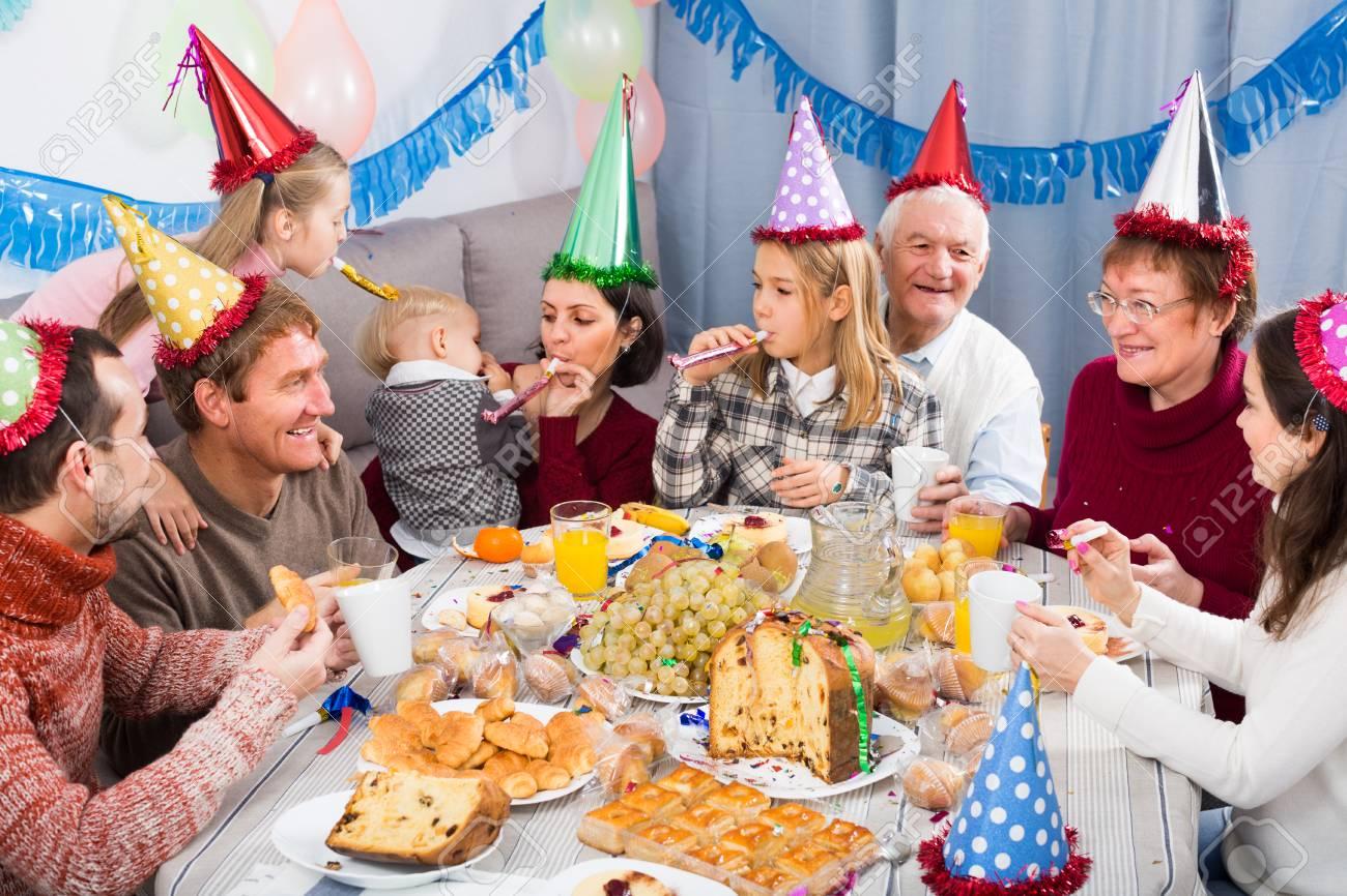 Los Adultos Con Ninos Estan Felices De Celebrar El Cumpleanos De Los - Celebracion-cumpleaos-adultos