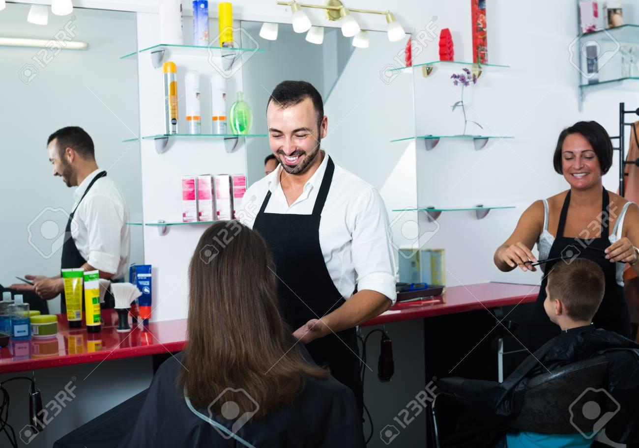 Heureux Coiffeur Homme A Parler A La Femme Prete A Couper Les Cheveux Dans Le Salon De Beaute Video Banque D Images Et Photos Libres De Droits Image 80568979