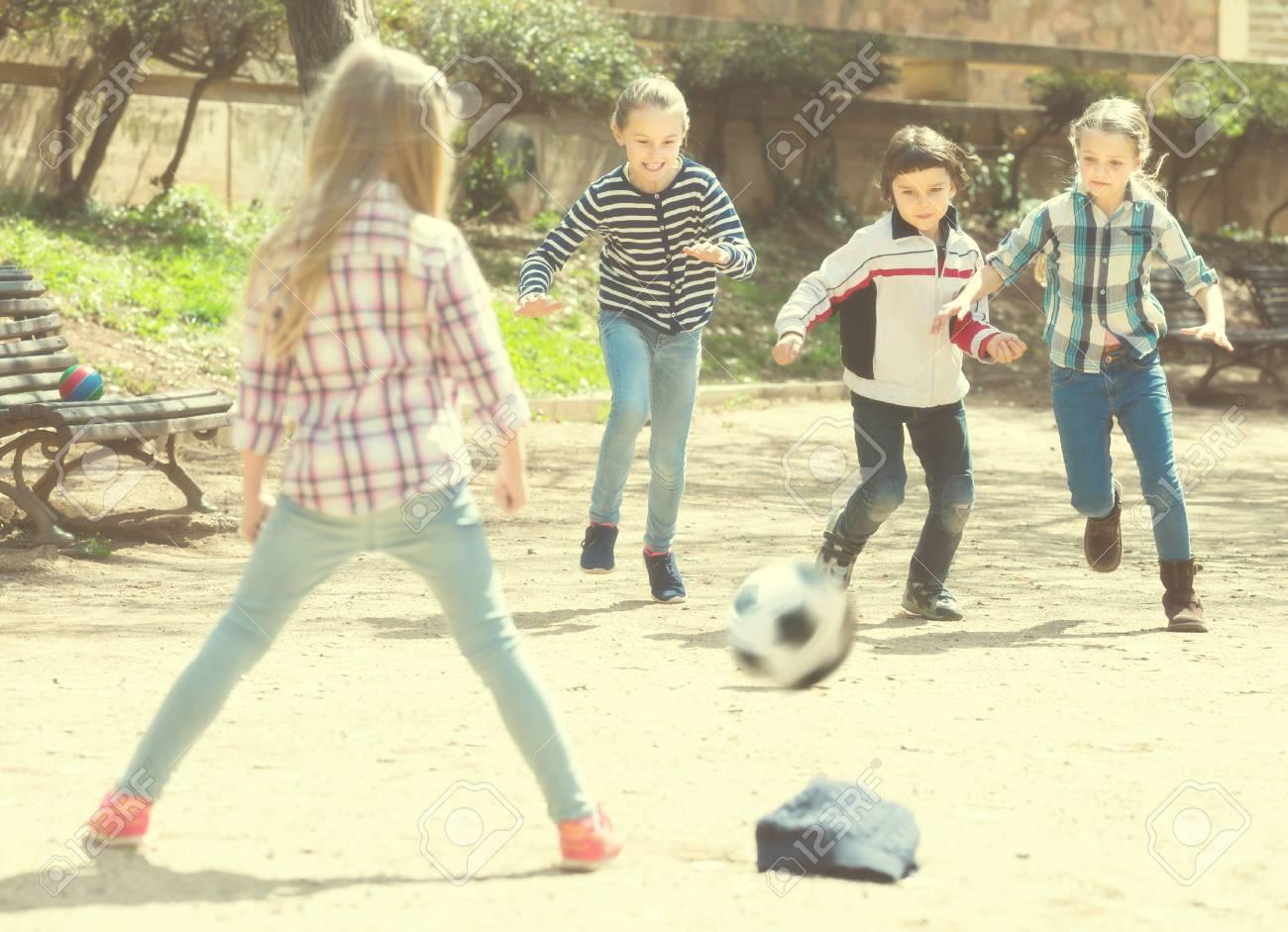 Los Ninos Pequenos Jugando Al Futbol Al Aire Libre En La Calle Dia
