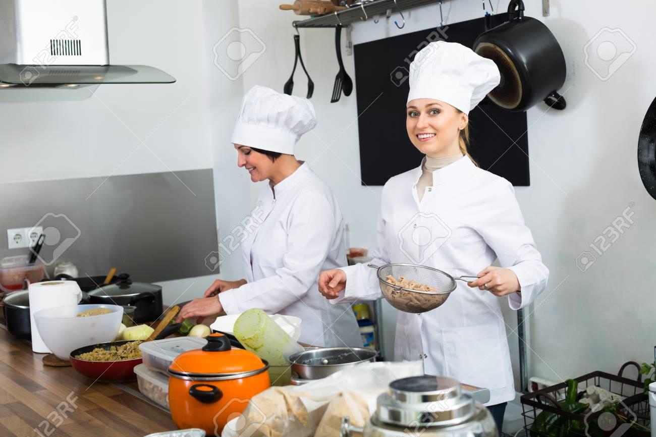 Cheerful Mujeres Cocinando Cocinar Los Alimentos En La Cocina Del