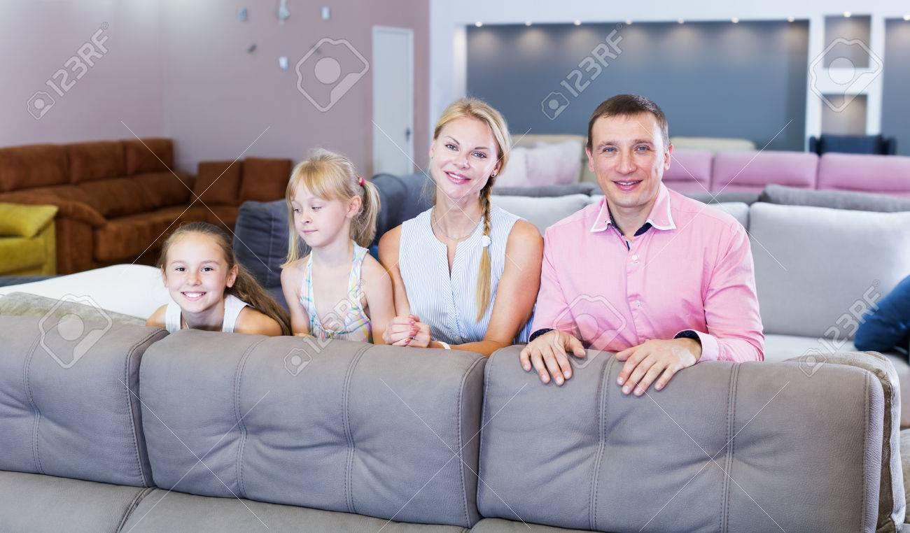 Inspirierend Möbelhaus In Der Nähe Beste Wahl Große, Glückliche Familie Steht Nähe Von Neuem