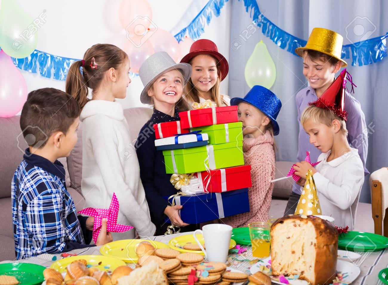 Jungen Und Madchen Geben Geschenke Zum Geburtstag Madchen Beim