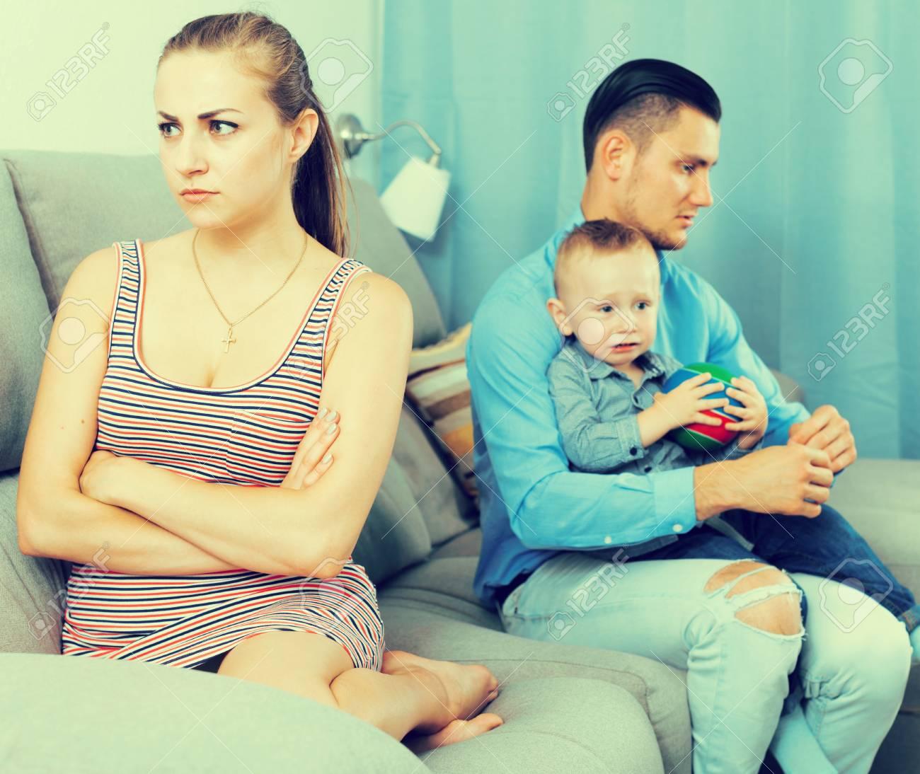 Marito condivide la moglie con ragazzo giovane