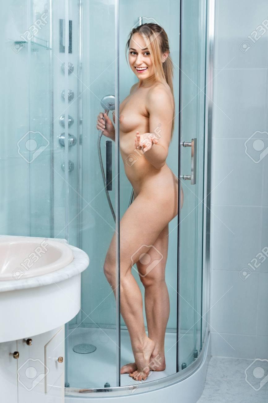Frauen, die nackt duschen