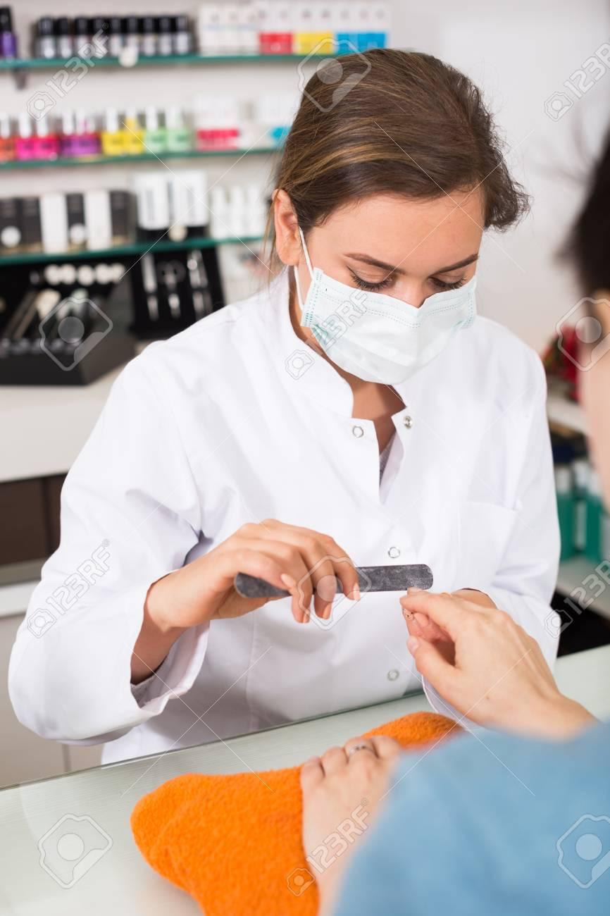 Presentación De Manicurista Y Dar Forma A Las Uñas Durante El Procedimiento De Manicura En El Salón De Belleza