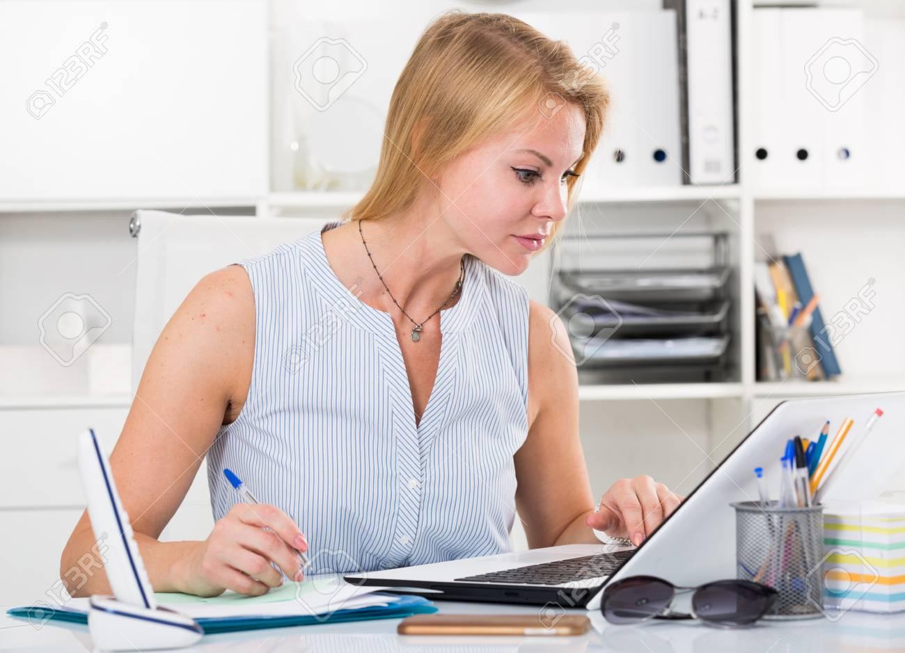 Portrait de adulte espagnol entreprise femme employé