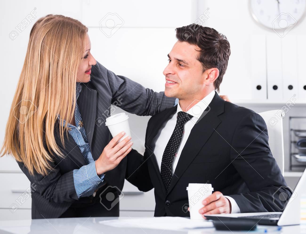 Wie beginnt ein Flirt im Büro?