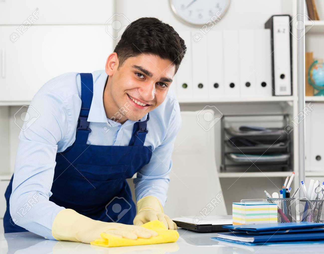 Nettoyant pour homme nettoie la poussière du bureau au bureau