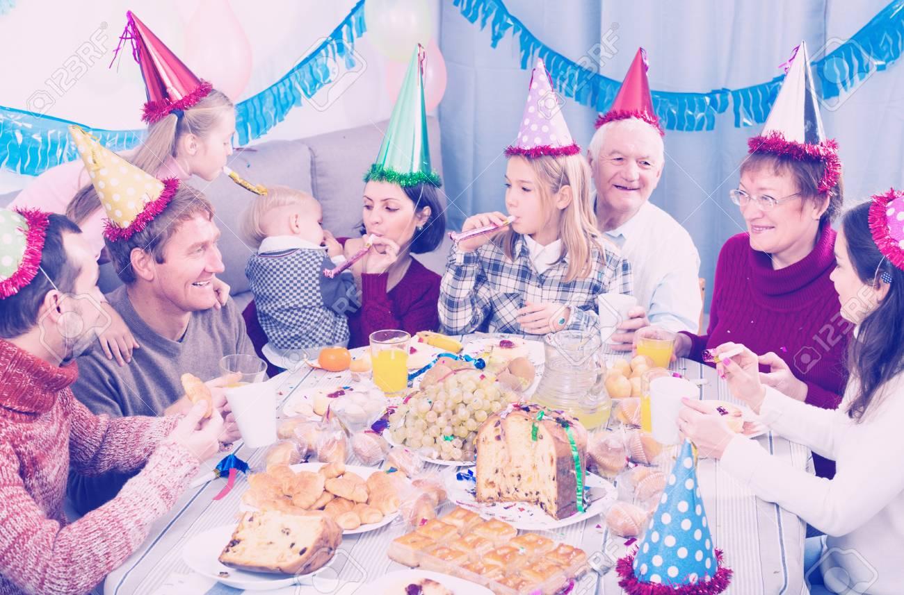 Los Adultos Con Los Ninos Estan Felices Para Celebrar El Cumpleanos - Celebracion-cumpleaos-adultos